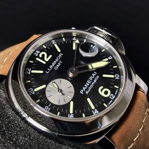 The 44 mm fake Panerai Luminor PAM01088 watches have black dials with luminant details.