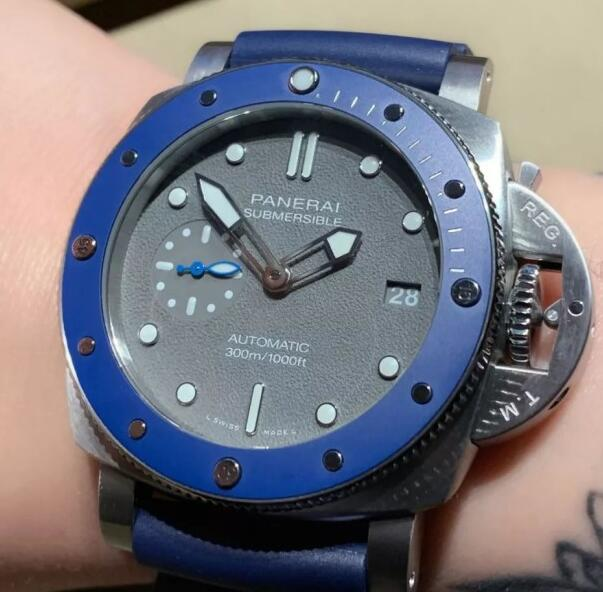 The blue bezel and rubber strap add the dynamic touch to the model.