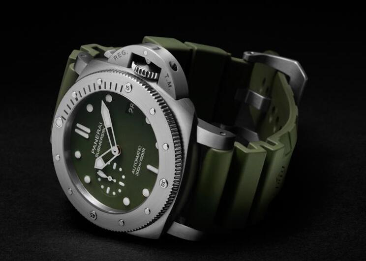 The timepieces with military green tone are cool and strong.