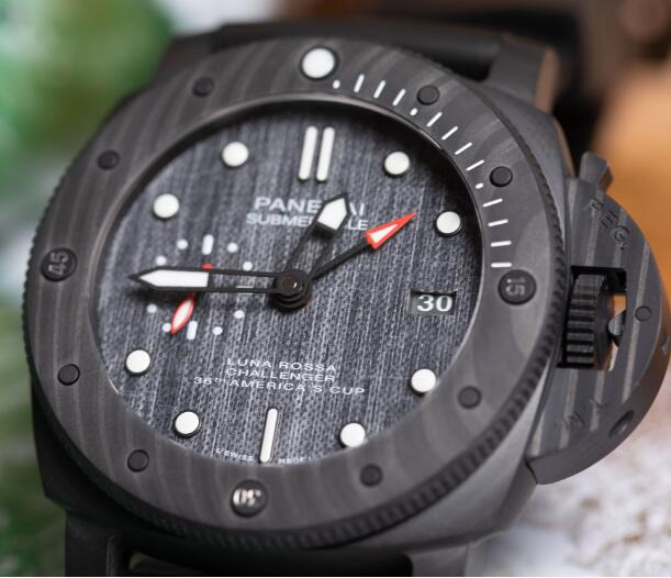 The special CarbonTech endows the timepiece with eye-catching appearance.