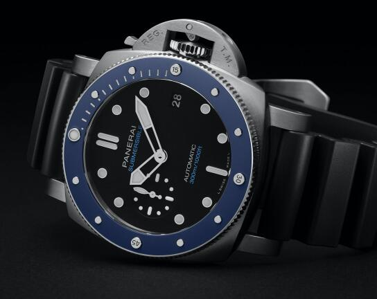 The blue ceramic bezel endows the timepiece with eye-catching appearance.