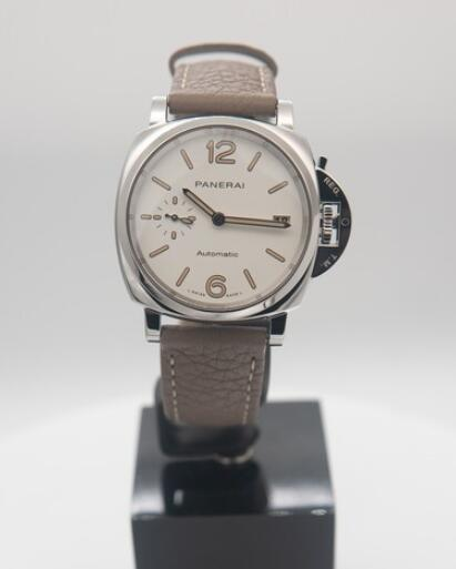 Online replica watches are concise for the white colored dials.